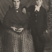 Juan, niño, con su madre Teresa